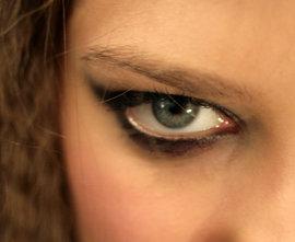 У вас линзы? Уход за кожей вокруг глаз необходим!