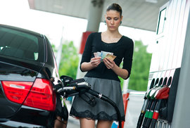 Коммерсанты цены на бензин не снизят