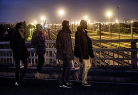 Беженцы под Ла-Маншем: увидеть тоннель и умереть. Тысячи мигрантов атакуют главный туннель Европы:
