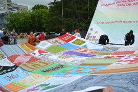 Сибирские рукодельницы поставили рекорд, сшив огромный платок