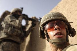 Солдат НАТО заставляют кричать