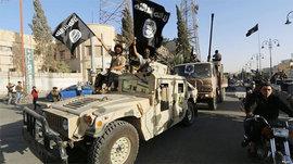 Боевики ИГИЛ казнили 20 молодых добровольцев и подвесили их под своим флагом