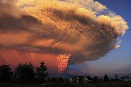 Вулкан Ключевской снова выбросил столб пепла